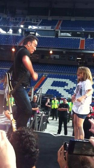 Bruce Springsteen baila con una niña