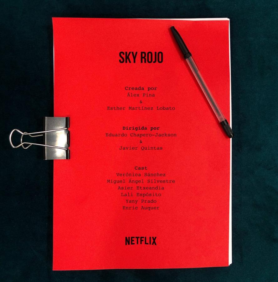 El equipo y reparto principal de 'Sky rojo'.